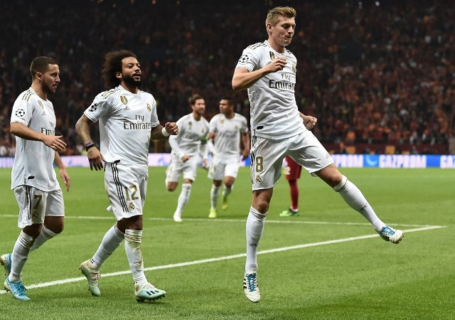 Hazard, Marcelo e Kroos comemoram o gol do alemão na vitória do Real Madrid sobre o Galatasaray
