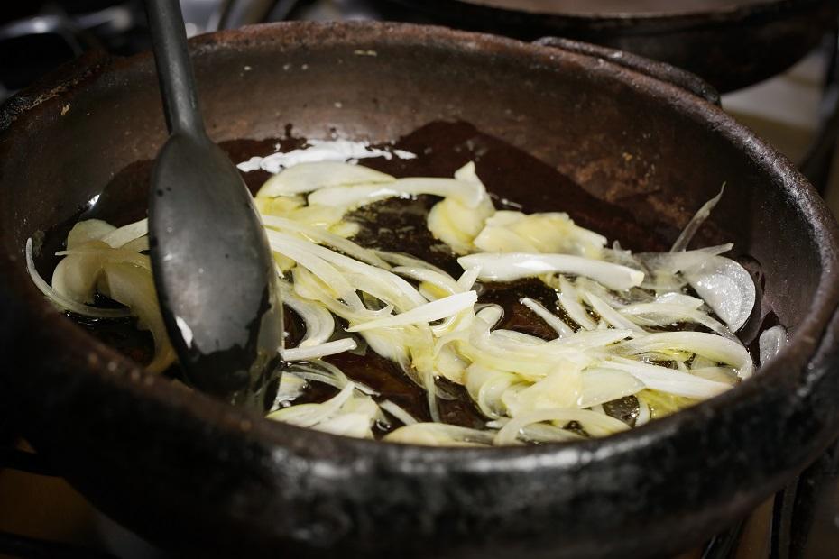Em uma panela de barro, coloque azeite  e doure levemente a cebola e o alho