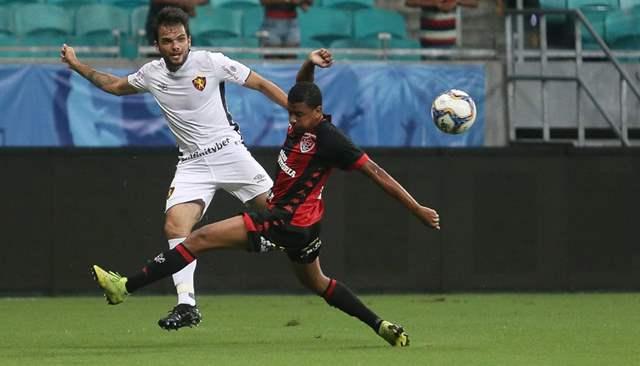 Norberto tenta jogada no empate contra o Vitória