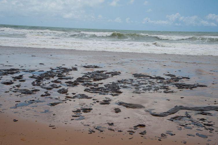 Mancha de óleo atinge o litoral do Nordeste