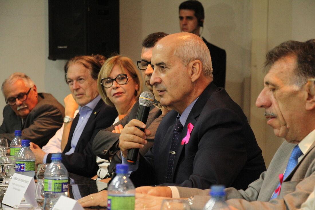 Ministro da Secretaria de Governo da Presidência da República, Luiz Eduardo Ramos ouviu demandas de prefeitos e parlamentares pernambucanos.