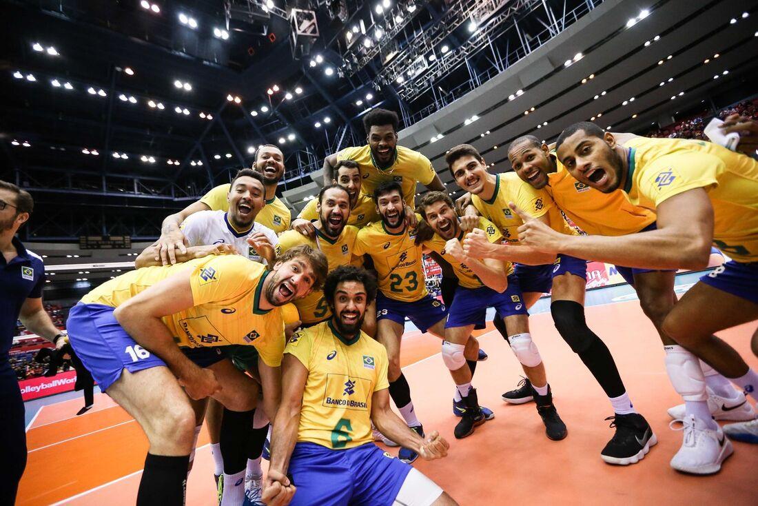 Jogadores da seleção brasileira de vôlei comemoram o título da Copa do Mundo