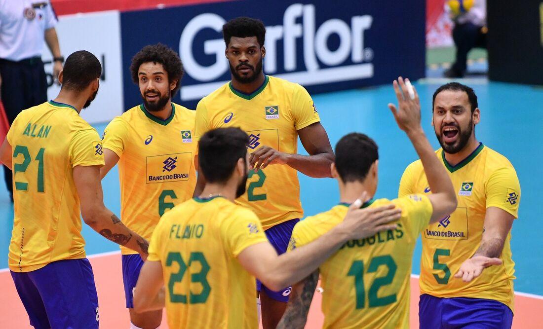 Jogadores comemoram mais uma vitória do Brasil