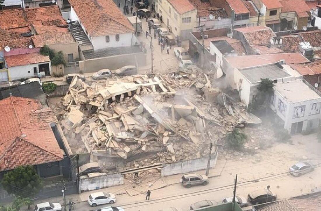 O desabamento aconteceu por volta das 10h30 desta terça-feira (15)