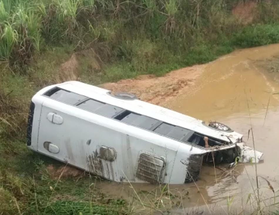 Veículo caiu em um riacho, às margens da rodovia