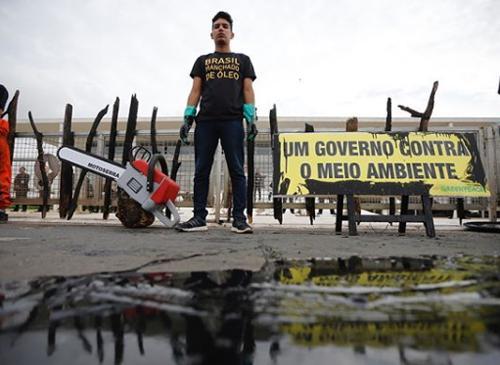 Greenpeace realiza protesto em frente Palácio do Planalto