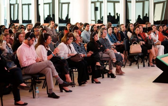 Na Conferência Ethos 360º, os participantes utilizam fones para ouvir aos painéis