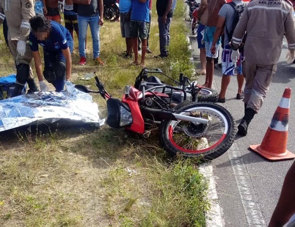 Moto ficou caída no canteiro central da avenida