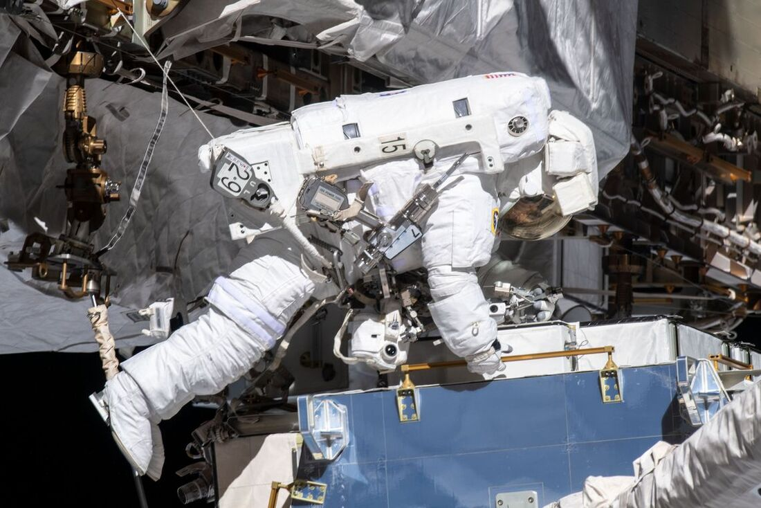 As astronautas estão numa missão para substituir uma unidade de controle de energia defeituosa