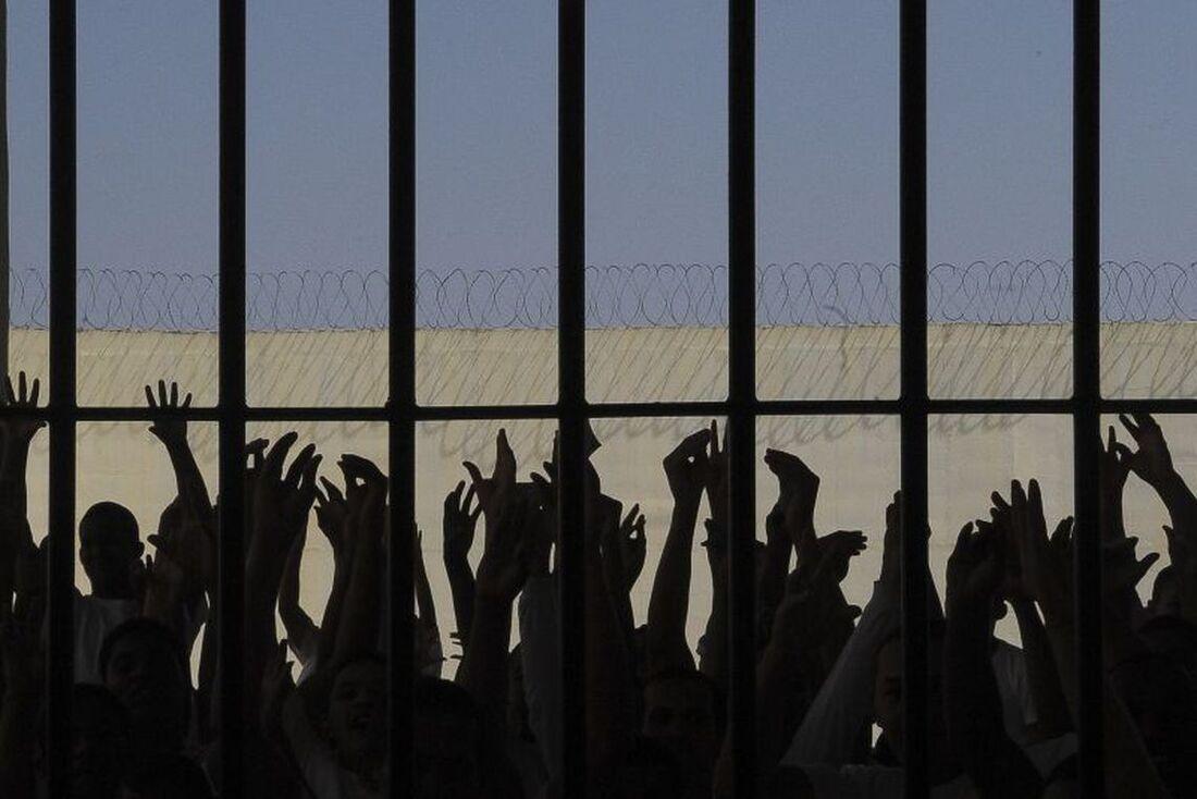 Relatório afirma que uma pessoa presa tem 2,5 vezes mais chances de ser morta do que alguém em liberdade