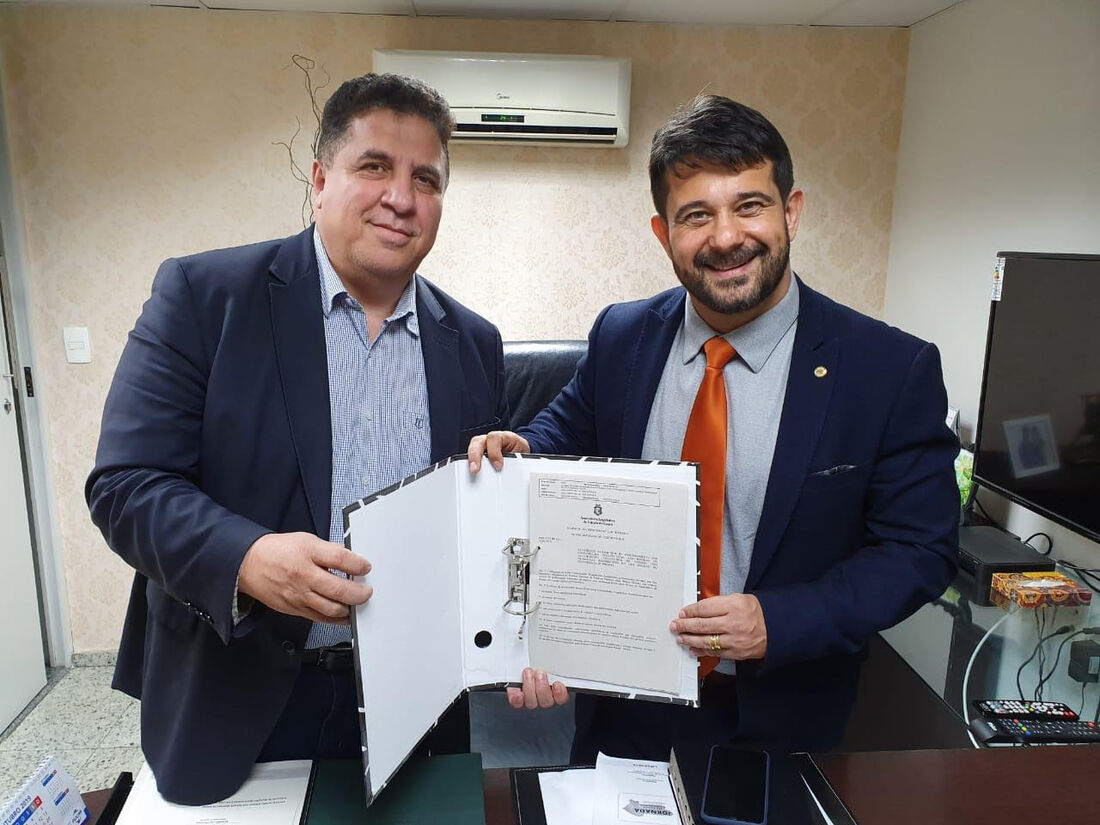 Deputado apóstolo Luiz Henrique (Patriotas) recebeu, nesta segunda-feira (28), o deputado estadual Pastor Cleiton Collins (PP), autor da Lei que já foi regulamentada em Pernambuco.