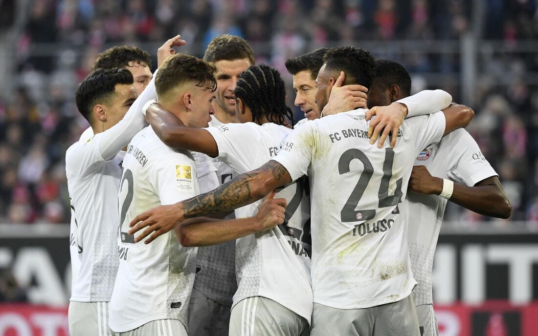 Jogadores do Bayern comemoram vitória importante na Bundesliga