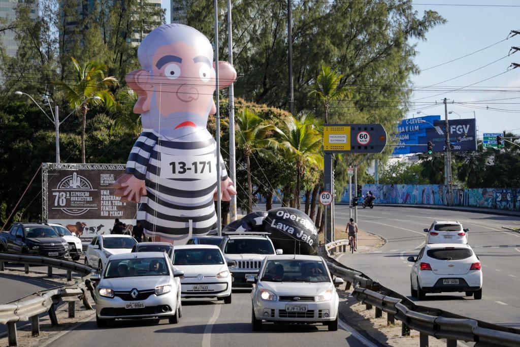 """Boneco Pixuleco """"recepciona"""" ex-presidente Lula"""