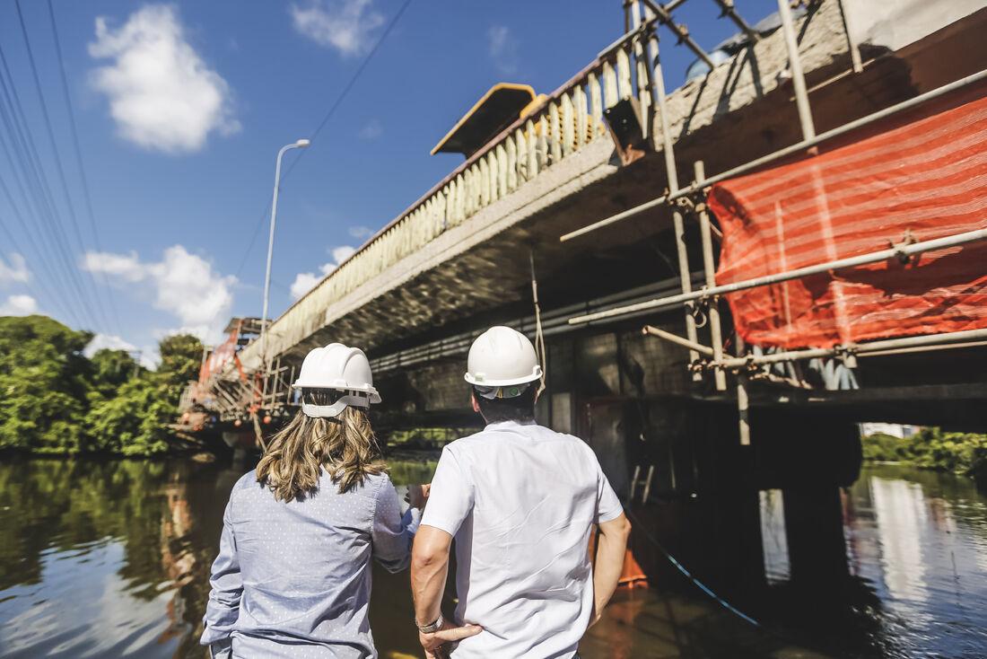 Prefeito Geraldo Julio vistoriou, na manhã desta quarta (20), as obras de recuperação da Ponte do Derby