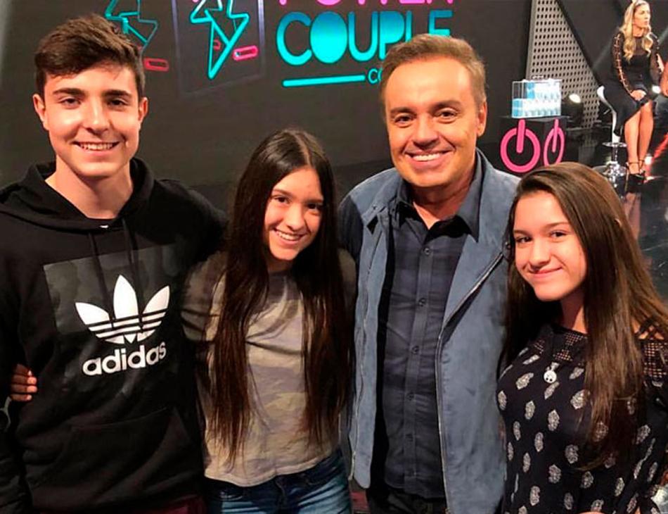 O apresentador Gugu Liberato e seus filhos João Augusto, Sofia e Marina