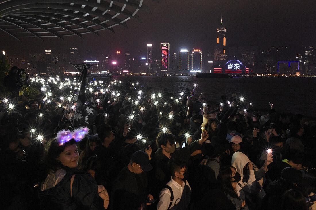 Militantes pró-democracia protestam em Hong Kong na festa de Réveillon