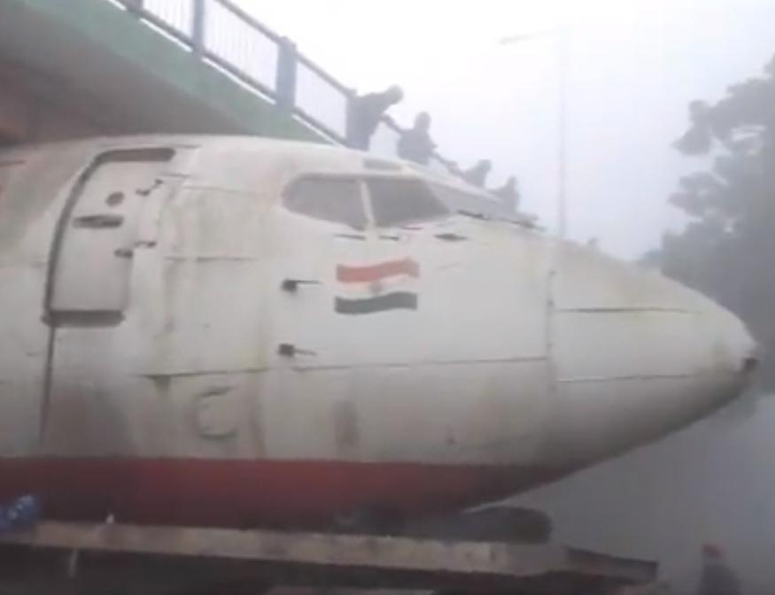Avião preso debaixo da ponte na Índia