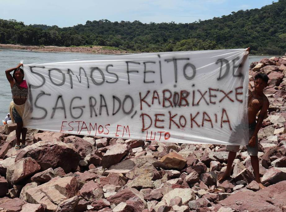 Indígenas da etnia mundurucu protestam em área da usina de São Manoel, no norte de MT, que desencavou urnas sagradas durantes as obras
