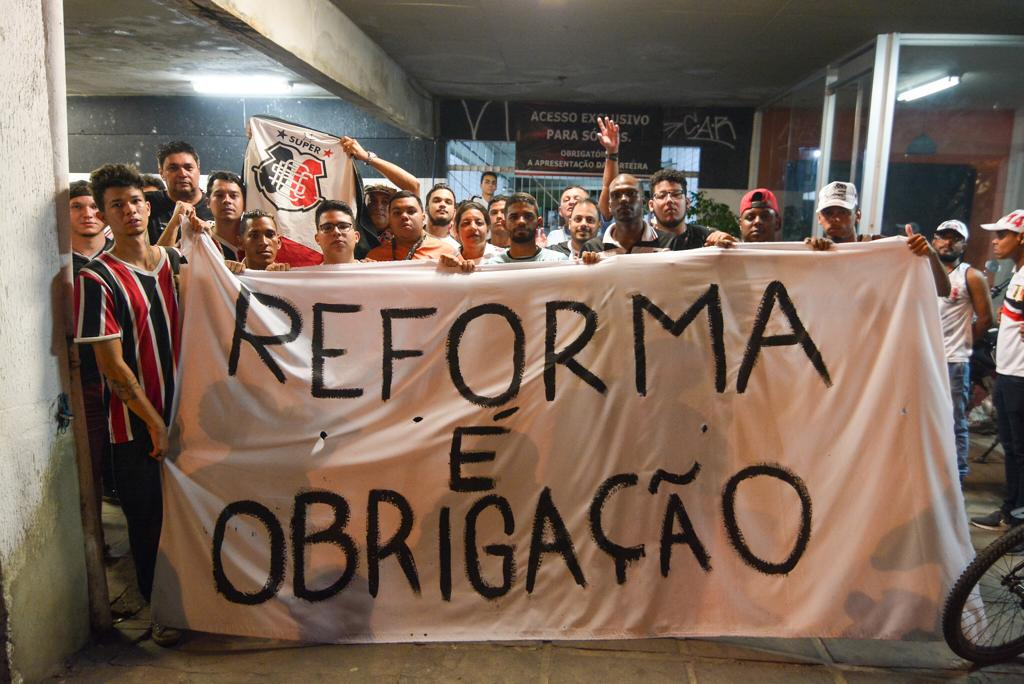 Torcedores protestam pedindo reforma no estatuto