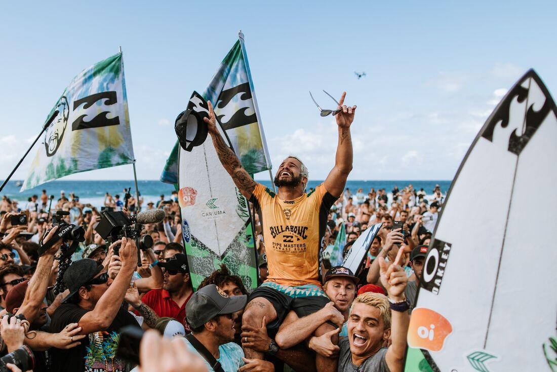 Italo Ferreira carregado na saída do mar em Pipeline
