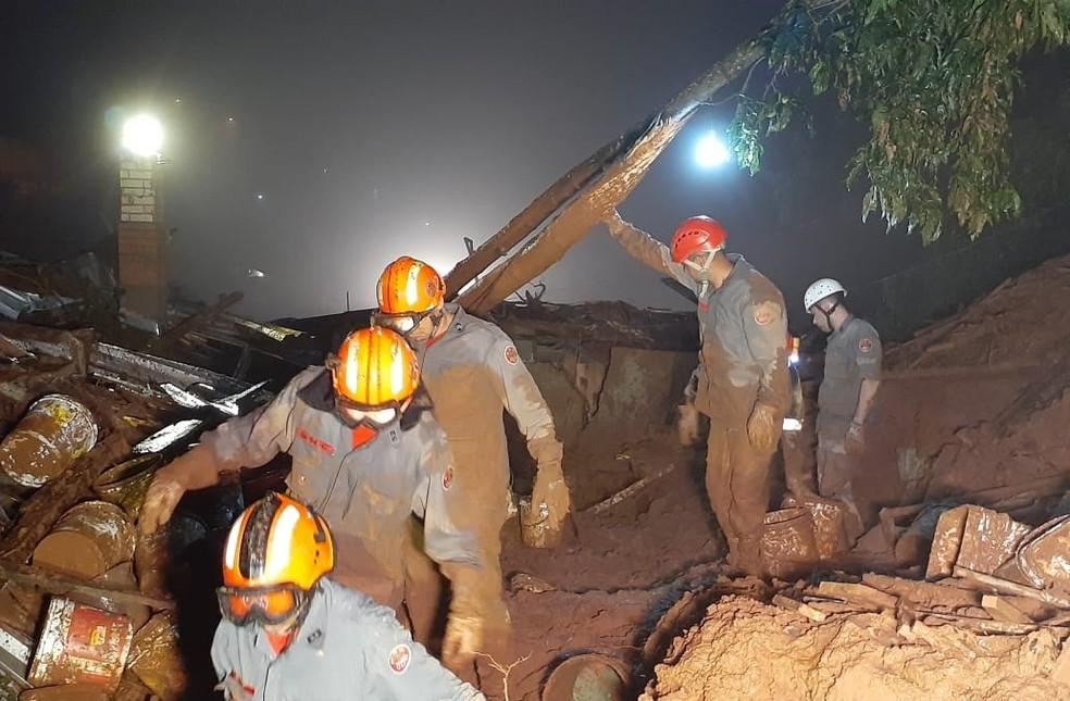 Deslizamento de terra deixa quatro mortos