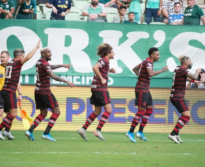Jogadores comemoram gol de Gabigol
