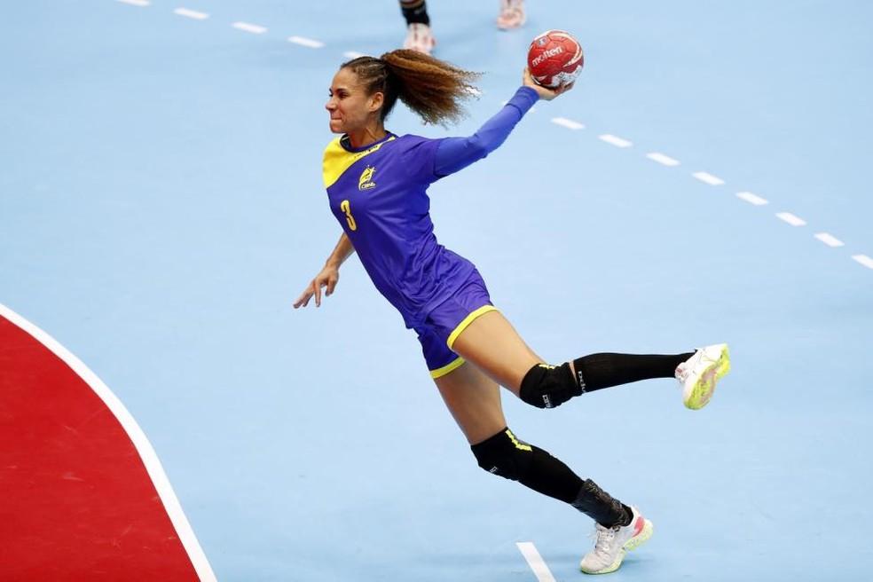 Alê Nascimento, jogadora da seleção brasileira de handebol