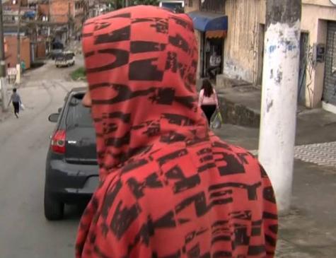 O adolescente de 17 anos que aparece em vídeo sendo torturado após tentar furtar chocolate em um supermercado da rede Ricoy, na Vila Joaniza (zona sul de SP), em agosto