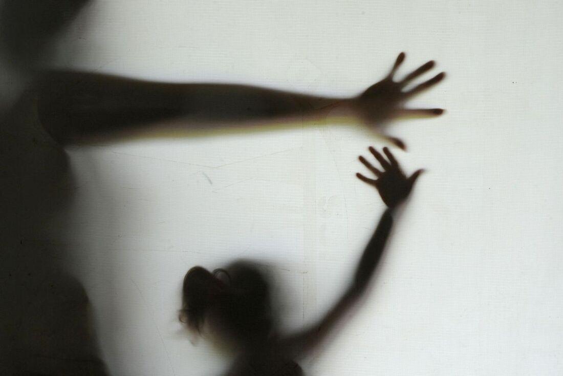 a menina está recebendo atendimentos nas áreas médica, psicológica e social