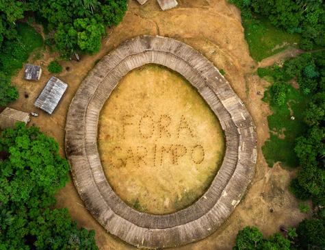 Cerca de 120 índios formam com seus corpos a expressão 'Fora Garimpo', na Terra Indígena Ianomâmi