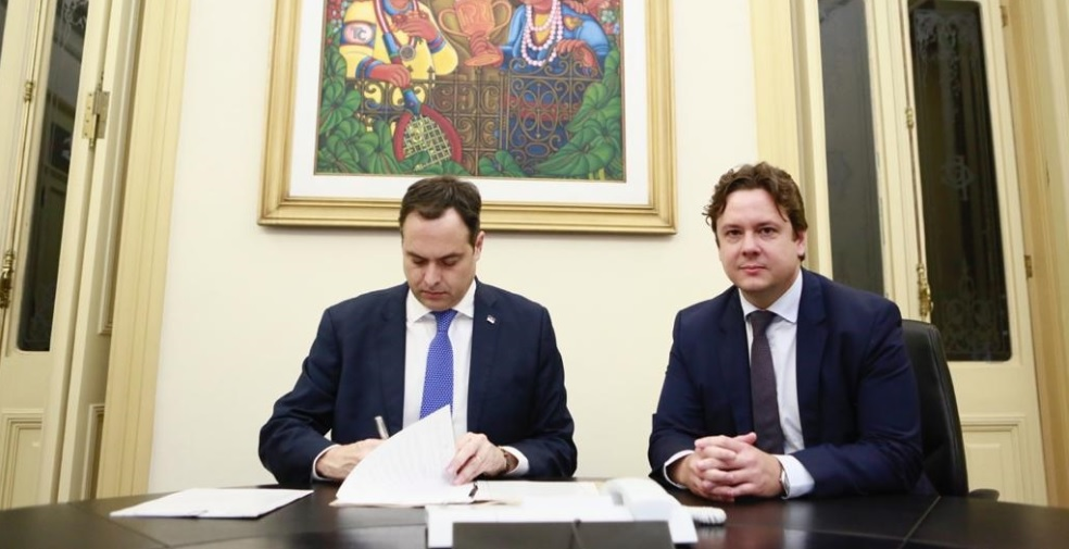 Governador Paulo Câmara sancionou lei que foi aprovada no dia 3 de dezembro na Alepe ao lado do procurador-geral do Estado de Pernambuco, Ernani Medicis