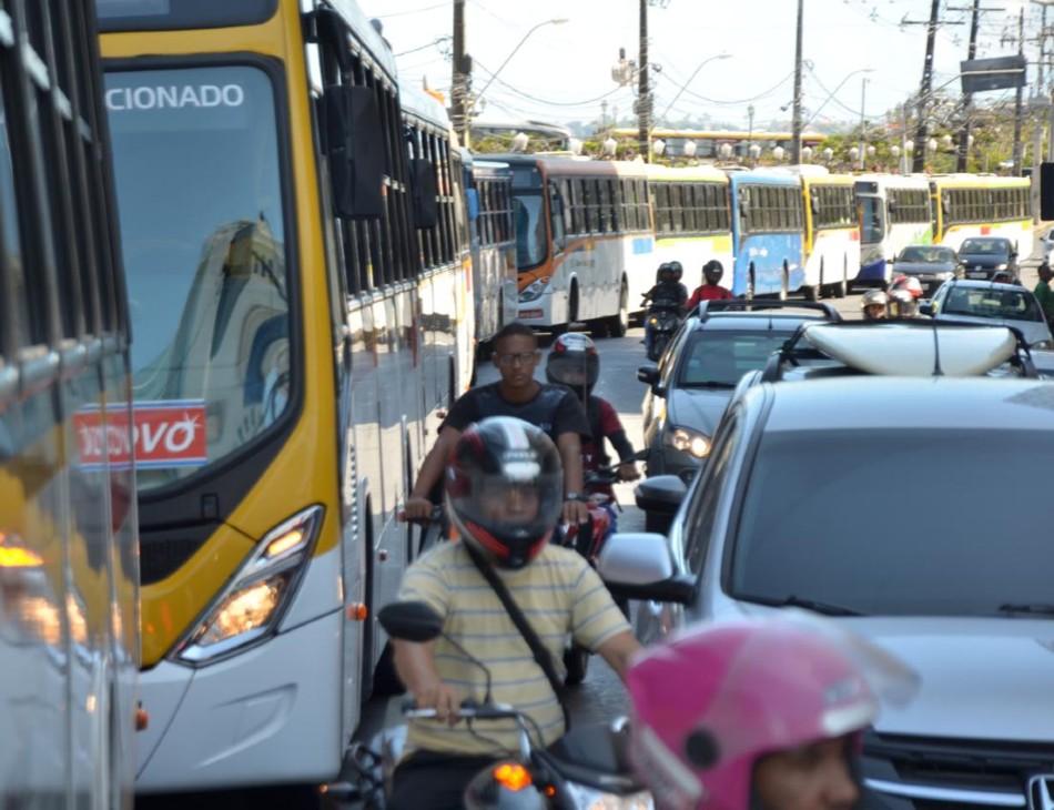 Ônibus parados na Rua do Sol, região Central do Recife