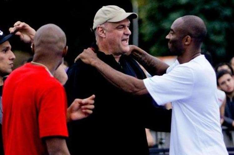 Encontro entre Kobe e Oscar durante evento no Brasil