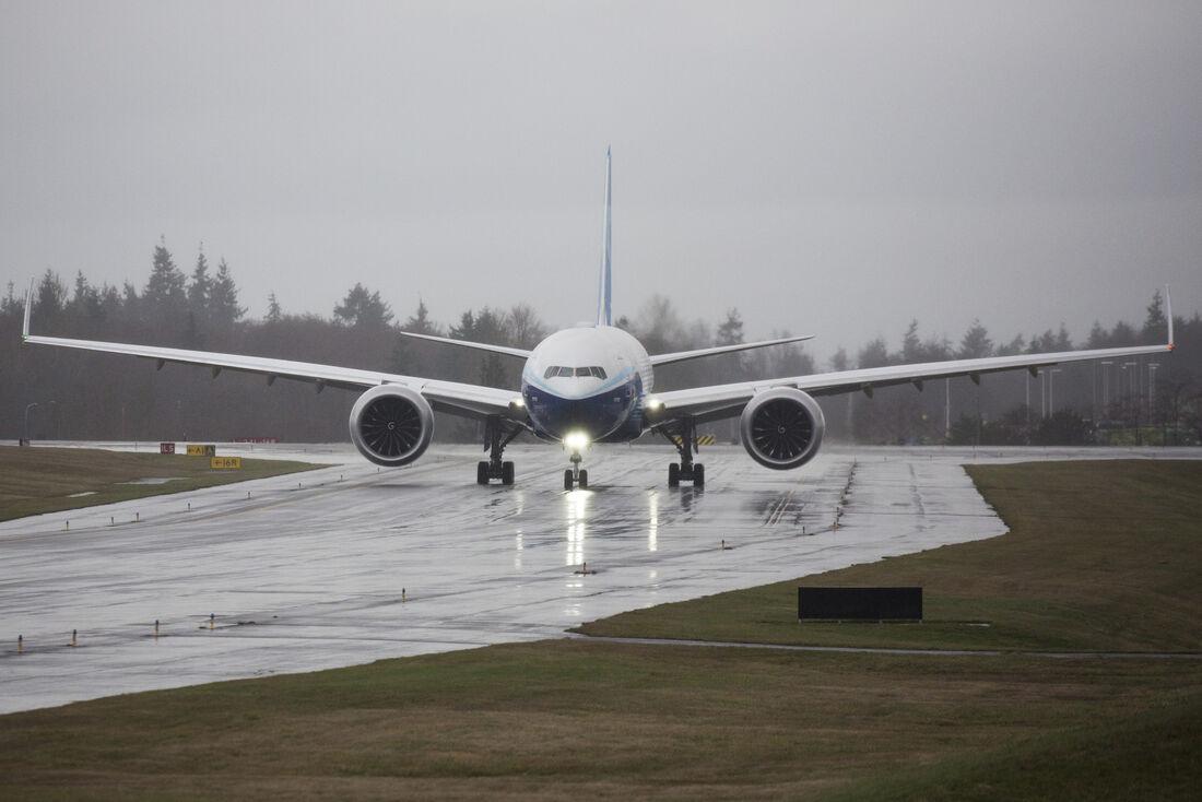 Boeing 777X taxia para o primeiro voo, que teve que ser remarcado devido ao clima