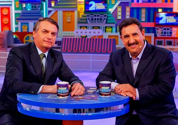 Bolsonaro e o apresentador Ratinho durante participação do presidente no programa do SBT