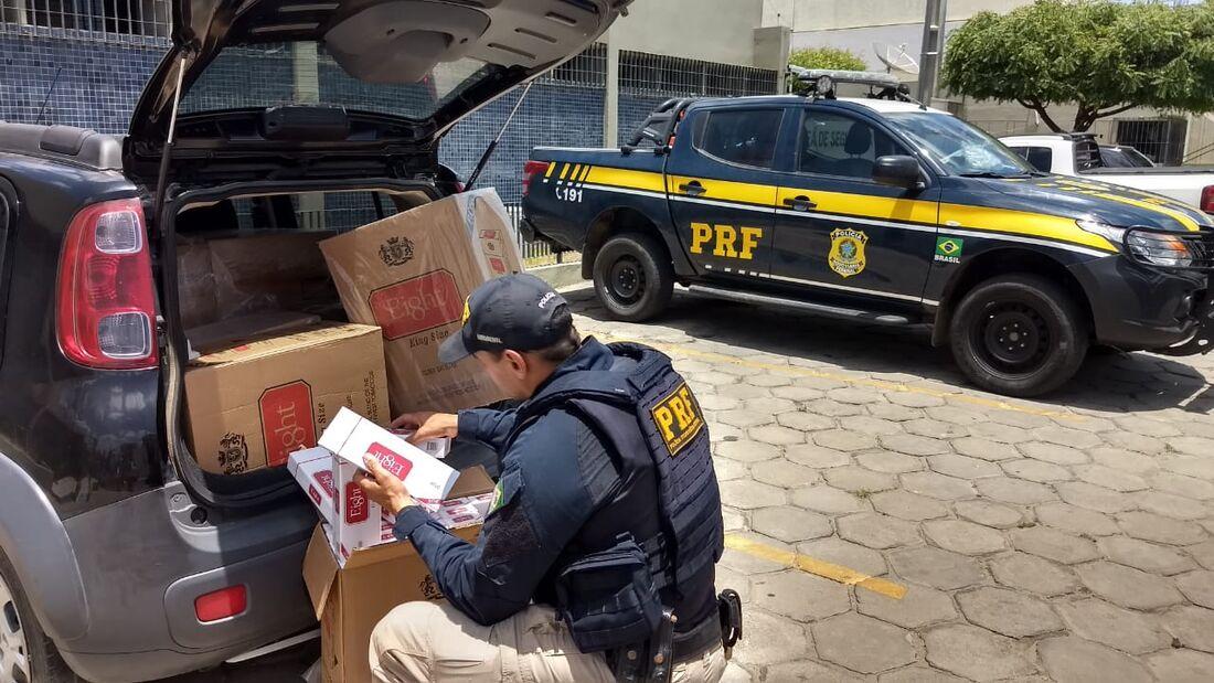 Polícia Rodoviária Federal em ação de apreensão de drogas