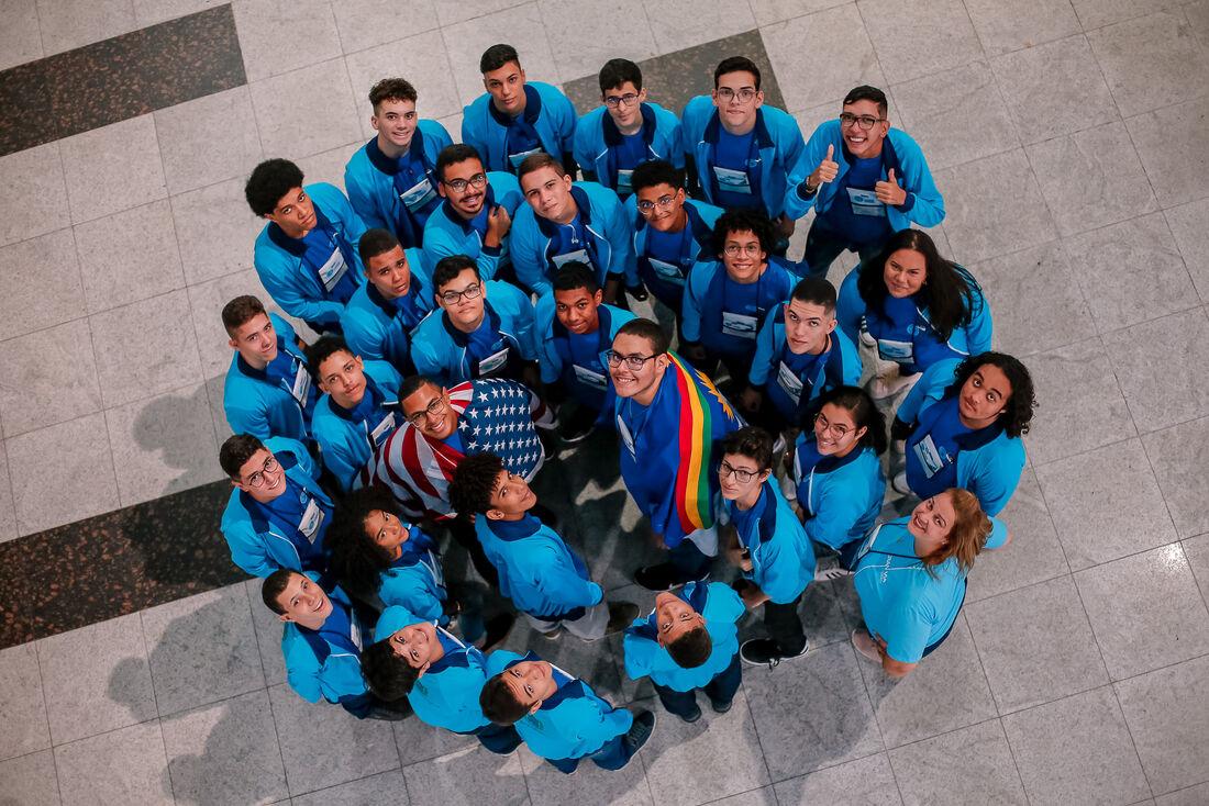 Estudantes viajam pelo Programa Ganhe o Mundo