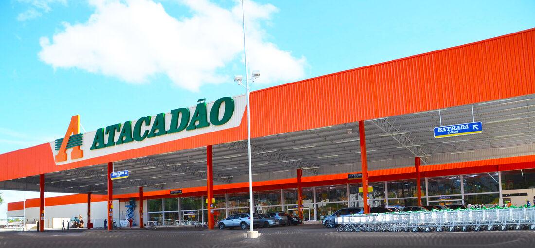 A nova loja Atacadão possui 26 caixas de atendimento, estacionamento com 331 vagas