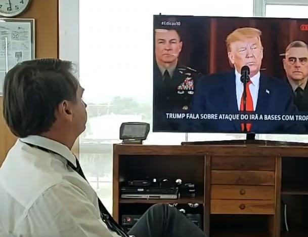 Bolsonaro assistindo discurso do presidente americano, Donald Trump