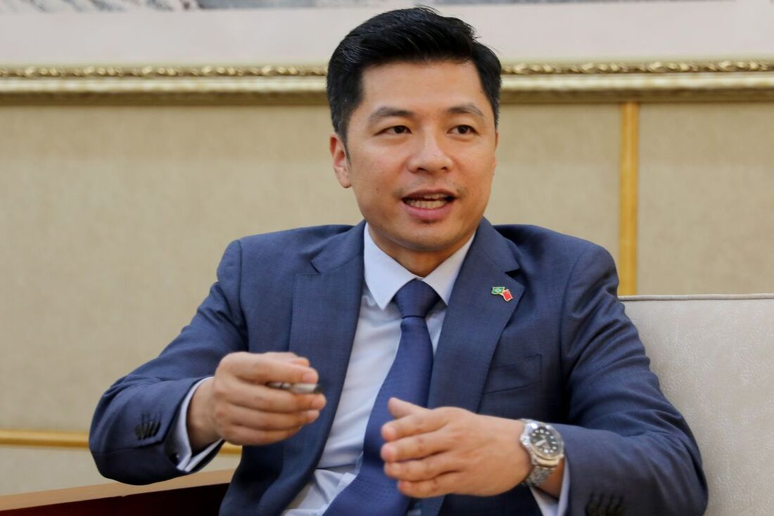O ministro conselheiro da Embaixada da China, QU Yuhui