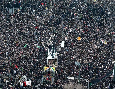 Iranianos seguem veículo com corpo de Soleimani