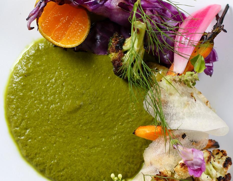 Prato vegano leva tacos de farinha de mandioca e legumes