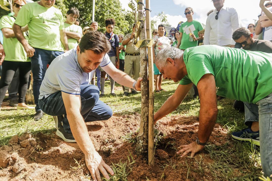 Prefeito Geraldo Julio e secretário de Meio Ambiente e Sustentabilidade, José Nevesa