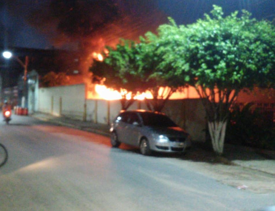 Incêndio foi controlado em cerca de uma hora