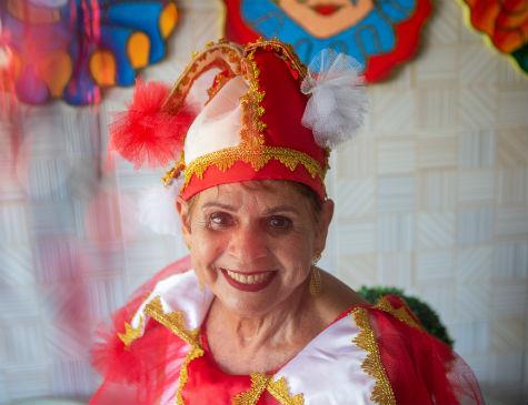 Foliã nata, Janete Fernandes, 69, não perde o passo do bloco O Bonde