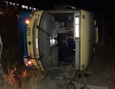 Ônibus da empresa 1002 tomba após tentativa de assalto