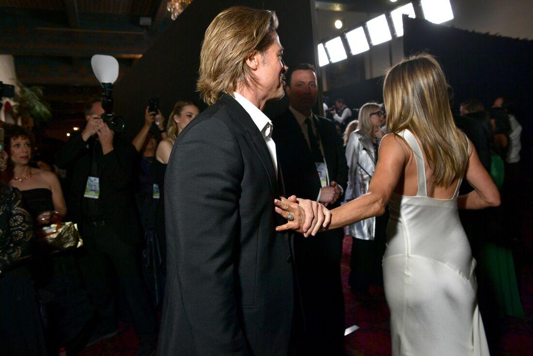 Jennifer Aniston indo receber a premiação no SAG Awards