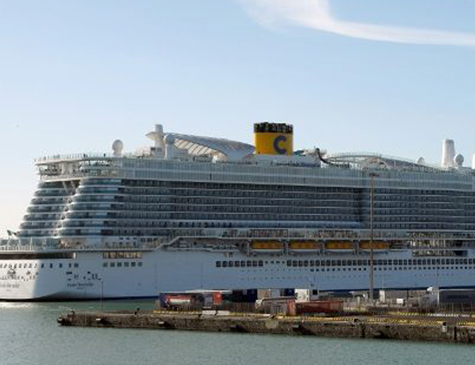 O navio Costa Esmeralda está ancorado no porto de Civitavecchia, 70 km ao norte de Roma