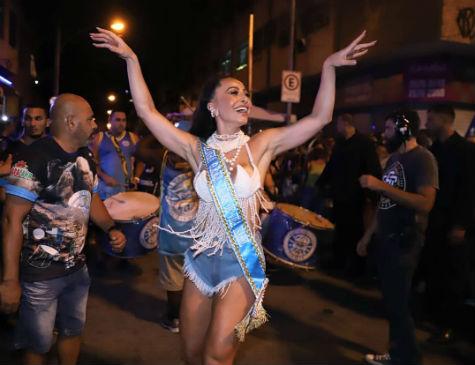 Sabrina Sato foi coroada rainha da Escola de Samba Vila Isabel