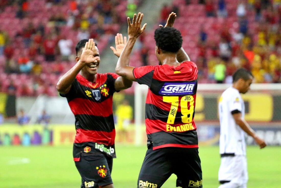 Ewandro comemora com Marquinhos o único gol do jogo